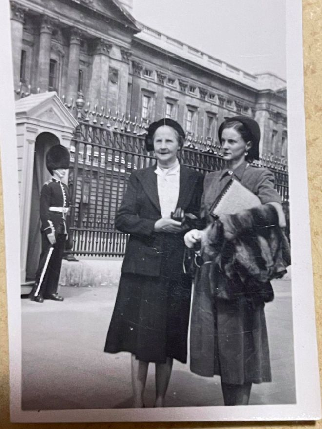 Neva & Priscilla outside Buckingham Palace